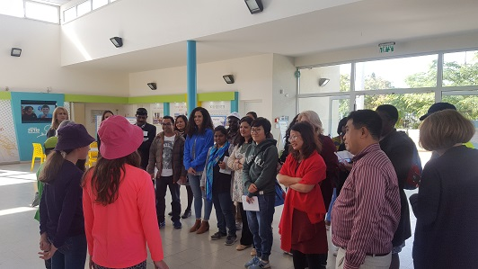 The students explain to the members of the delegation about the education for entrepreneurship in the school