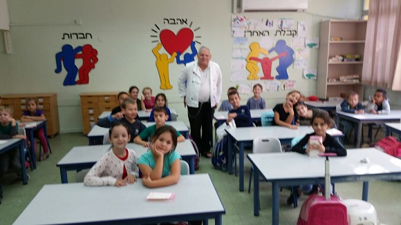 Meir fat in a lecture to the students of the Yad Mordechai School in Bat Yam