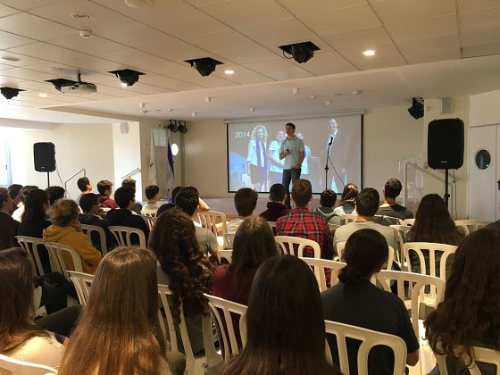 Itamar Kaufman is a guest entrepreneur at the Rothberg High School in Ramat Hasharon