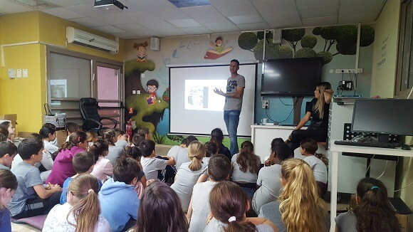 Lior Vaknin tells about this project to the students