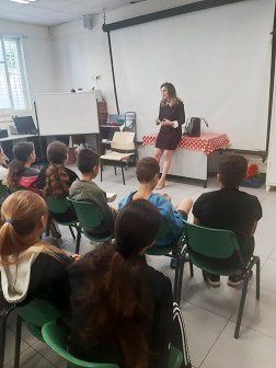 The woman entrepreneur Sharon Guy in a lecture for school students