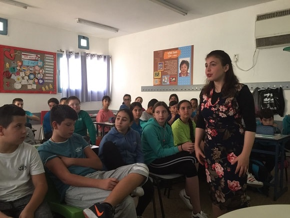 Yehudit Ovitz in a lecture to the students of the Hayovel School in Ashdod